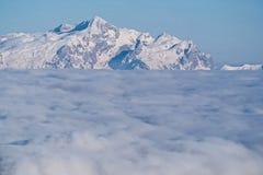Schnee-mit einer Kappe bedeckte Spitzen über den Wolken Einer der Vulkane von Kamchatka Vulkane von Kamchatka faszinieren lizenzfreie stockbilder
