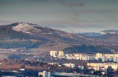 Schnee-mit einer Kappe bedeckte Spitzen über Turmblöcken Slowakei Banska Bystrica lizenzfreie stockfotos