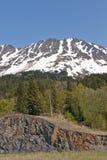 Schnee mit einer Kappe bedeckter Berg Stockfotos