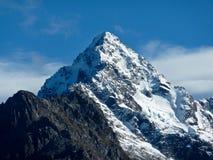 Schnee mit einer Kappe bedeckter Berg