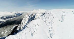 Schnee mit einer Kappe bedeckter Berg während des Winters 4k stock video