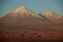 Schnee-mit einer Kappe bedeckter chilenischer Vulkan in der untergehenden Sonne Stockbild