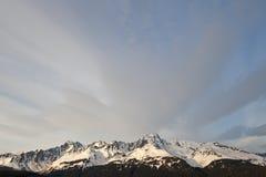 Schnee mit einer Kappe bedeckter Gebirgszug Stockbilder