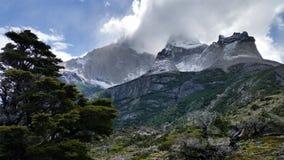 Schnee-mit einer Kappe bedeckter Granit ragt auf die w-Wanderung in Nationalpark Torres Del Paine, Patagonia Chile empor Stockfotografie