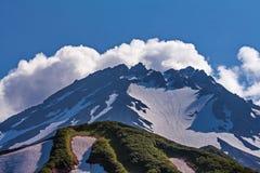 Schnee-mit einer Kappe bedecktes sopki Panoramische Alpes Ansicht Schluchtost- Steigung der West-Sayan-Strecke Sayan-Gebirgs-eina lizenzfreies stockfoto