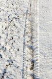 Schnee mit Spuren des Autos Stockbild