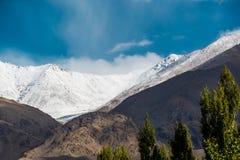 Schnee Mountain View von Bezirk Leh Ladakh, Northerteil von Indien lizenzfreie stockfotografie