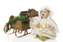Schnee-Prinzessin durch einen Weihnachtspferdeschlitten Lizenzfreie Stockbilder
