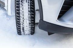 Schnee-Reifen auf einer Snowy-Straße Stockbilder