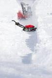 Schnee-Reinigungs-Maschinen-Öffnungs-Methode auf Fahrstraße Stockbild