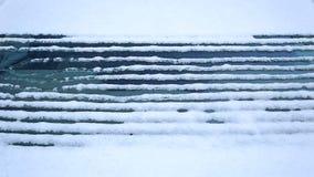 Schnee schmilzt unten auf der Heckscheibe des Autos stock video footage