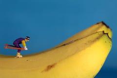 Schnee-Skifahrenabbildungen auf Banane Stockfoto