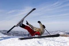 Schnee-Skifahrer, der über blauen Himmel springt Lizenzfreie Stockbilder