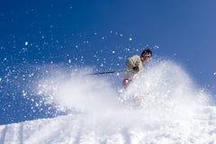 Schnee-Skifahrer, der gegen blauen Himmel springt Lizenzfreie Stockbilder