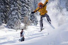 Schnee-Skifahrer-Springen lizenzfreie stockfotografie