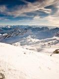 Schnee umfaßte Gebirgsoberseite lizenzfreie stockfotografie