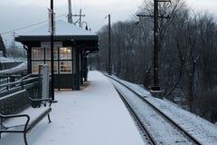 Schnee umfasste Bahnstation Lizenzfreies Stockfoto
