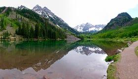 Schnee umfasste Berge, grüne Bäume, See und Reflexion Lizenzfreie Stockfotografie