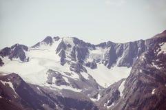 Schnee umfasste Berge und felsige Spitzen Stockbild