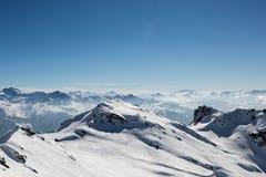 Schnee umfasste Berglandschaft von einer Gebirgsspitze stockfotografie