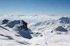 Schnee umfasste Berglandschaft von einer Gebirgsspitze stockfotos
