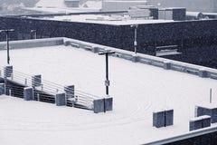Schnee umfasste Dachspitze lizenzfreie stockfotos