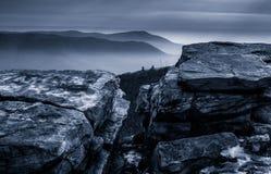 Schnee umfasste Felsen und eine nebelige Winteransicht vom Tuscarora-Berg nahe McConnellsburg, Pennsylvania Lizenzfreie Stockfotografie