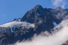 Schnee umfasste Gebirgsoberteile in Nationalpark Fiordland, neues Zeala Lizenzfreie Stockbilder