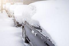 Schnee umfasste ows von Autos im Parkplatz Städtische Szene, Schneesturm Säubern Sie Automobil vom Schnee Lizenzfreies Stockfoto