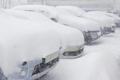 Schnee umfasste ows von Autos im Parkplatz Städtische Szene, snowst Stockfotografie