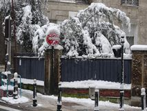 Schnee umfasste Straßenrandecke - Szene im Freien - Straßenbilder Stockfotos