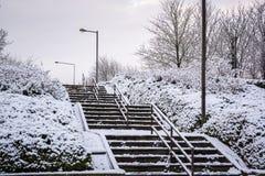 Schnee umfasste Treppenüberführung in Milton Keynes Lizenzfreie Stockbilder