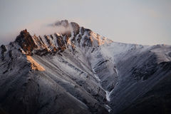 Schnee umfaßte Gebirgsspitze in Alaska Stockfoto