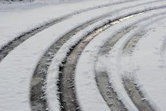 Schnee- und Autospuren Stockfotografie