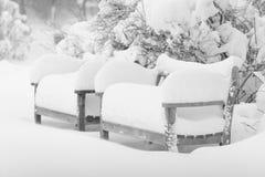 Schnee und Bänke Stockfotos