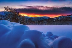 Schnee und blauer Himmel mit Wolken und Steuerknüppel Lizenzfreie Stockbilder