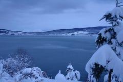 Schnee und blauer Himmel mit Wolken und Steuerknüppel Lizenzfreies Stockfoto