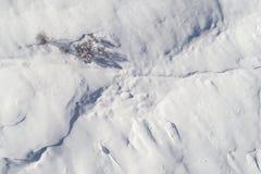 Schnee und blauer Himmel mit Wolken und Steuerknüppel Stockbild