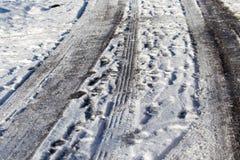 Schnee und Eis auf der Straße Stockbilder