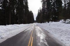 Schnee und Eis bedeckten Straße Stockfotos
