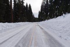 Schnee und Eis bedeckten Straße Stockbilder
