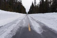 Schnee und Eis bedeckten Straße Lizenzfreies Stockbild