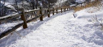 Schnee und gebogener Gehweg im Wald Noboribetsu onsen Stockfotos