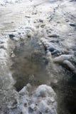 Schnee und Schlamm, die auf einer Straße schmelzen lizenzfreie stockfotos