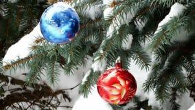 Schnee- und Weihnachtsdekorationen stock footage