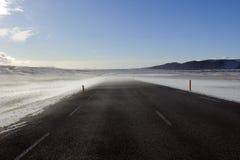 Schnee und Wind fegten Straße, von Laugarvatn zu Pingvellir, Island. Stockbilder