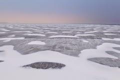 Schnee- und Windbeschaffenheit auf gefrorenem Ijsselmeer See Stockbilder