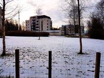 Schnee vor einem Gebäude Stockfoto