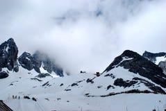 Schnee-Wolke und Berge lizenzfreies stockbild