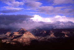 Schnee-Wolken am Grand Canyon stockfotos